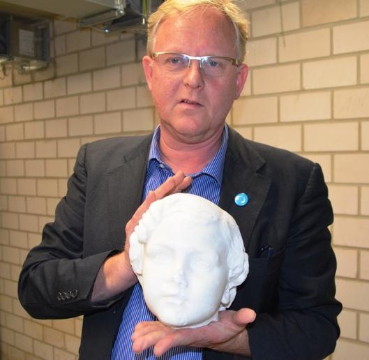 Albrecht Pyritz, Chef im Kulturquartier, zeigt einen Kinderkopf des späteren Großherzogs Adolf Friedrich V. für die Dauerausstellung.