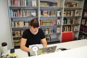 Jasmin Tegler-Loewié ist die erste Studentin, die die Vorzüge des Kulturquarters zu schätzen weiß und hier ihre Hausarbeiten für die Uni in Rostock erledigt.