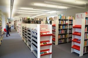 Die lichtdurchfluteten Räume der Stadtbibliothek machen den Besuch zu einem Vergnügen und laden zum Verweilen ein.