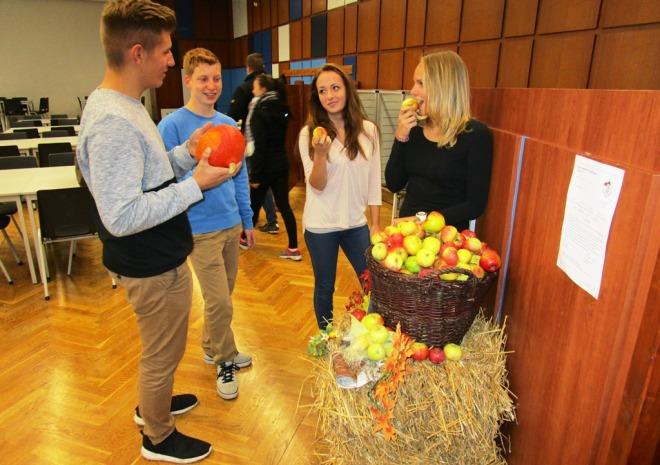 Die Elftklässler Luca Bergmann, Markus Lüdke, Justine Hoffmann und Anna Storbeck (von links) haben in dieser Woche Dienst in der Mensa.