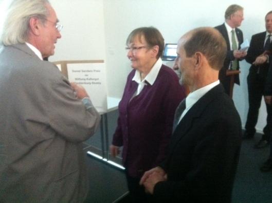 Gudrun Mohr, flankiert von Michael Körner (rechts) und Ulrich Spanka, Schatzmeister der Stiftung.