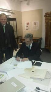 Herzog Georg Borwein zu Mecklenburg unterzeichnet den Leihvertrag. Neben ihm der Chef des Kulturquartiers Albrecht Pyritz.