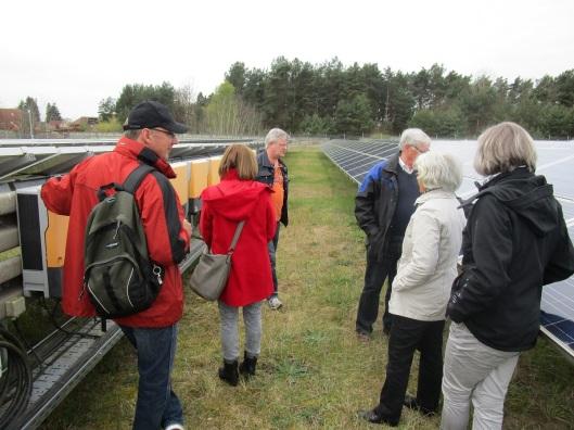 Mit dem Sonderbus ging es zur Photovoltaikanlage der Stadtwerke auf dem Domjüch-Gelände in Altstrelitz. Fotos: Leea _______________________________________