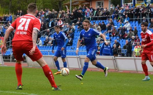 Fabio Viteritti (am Ball) hat heute für den Siegtreffer gesorgt. Links hinten Taskin Ilter. Fotos: Matthias Schütt