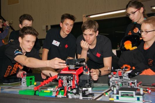 Die CaroAces beim Erfahrungsaustausch mit Cottbuser Schülern. Foto: Löskow