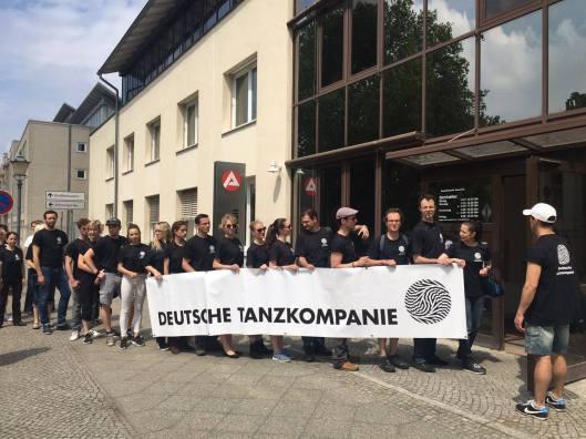 Die Deutsche Tanzkompanie vor dem Arbeitsamt. Foto: Kompanie