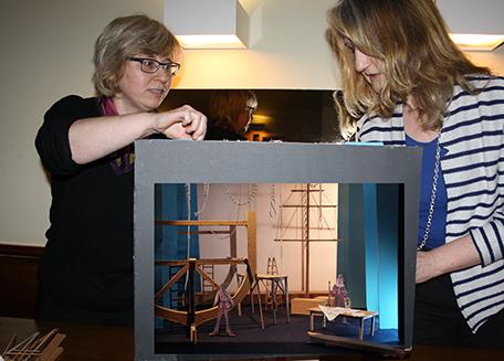 Ausstatterin Sabine Lindner und Regisseurin Birgit Kronshage bei der Konzeption zum Stück