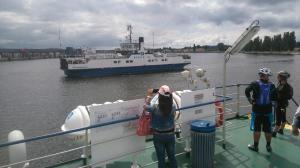 Auf der Mitte des Stroms begegnen sich die Fährschiffe.