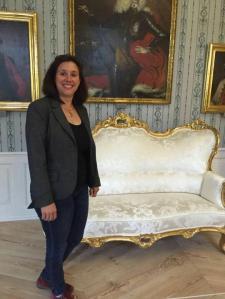 Susanne Bocher freut sich riesig über das ins Schloss zurückgekehrte Möbelstück.