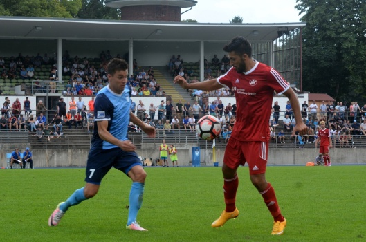 Rehcts TSG-Kicker Mustafa Zazai gegen Ex-TSG-Kicker und jetzt Viktoria Christian Skoda.