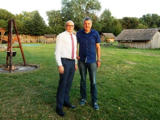 Andreas Butzki hatte Erwin Sellering (links) bereits 2015 im Slawendorf begrüßt. Foto: SPD