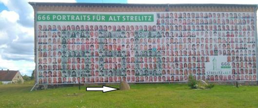 Vor dem ehemaligen  Gefängnis in Altstrelitz gibt es einen Gedenkstein für Josef Jakubowski.