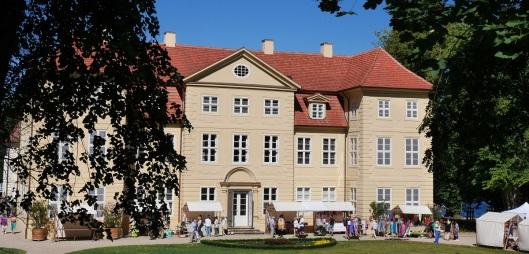 Vor der malerischen Kulisse rund um das Mirower Schloss wird morgen und am Sonntag buntes Kunstmarkttreiben herrschen. Foto: Inselverein