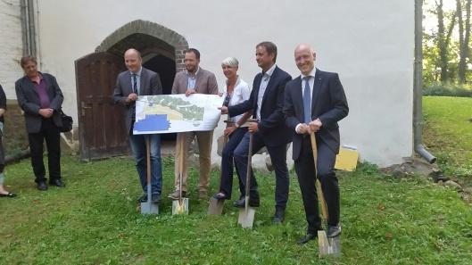 Symbolischer Spatenstich: Mirows Bürgermeister Karlo Schmettau, der Mirower Pastor Christian Brodowski, Uta-Maria Kuder, Vincent Kokert und Herzog Carl Michael (von links).