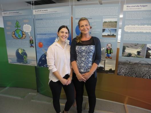 Lauren Felten (Links) und Steffi Henning-Schult haben sich erstmals als Ausstellungsmacher hervorgetan. Foto: Leea