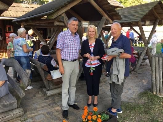 Andreas Butzki, Manuela Schwesig und das Neustrelitzer SPD-Urgestein Dieter Zscheischler. Foto: SPD