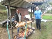 Thomas Knobloch (links) und Karsten Hacke bändigen das Schwein.