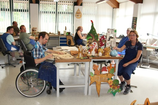 Der Kreativbereich des Neustrelitzer Rahazentrums hat zwei Werkstätten, in denen behinderte Mitarbeiter unter Anleitung schöne Dinge herstellen.