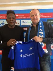 Der Sportliche Leiter der TSG, Andreas Kavelmann, begrüßt Solomon Okoronkwo.