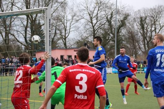 Der Ball von Fatjon Celani, links neben Mehmedaliya Covic, landete in der Schlussoffensive nur an der Latte.