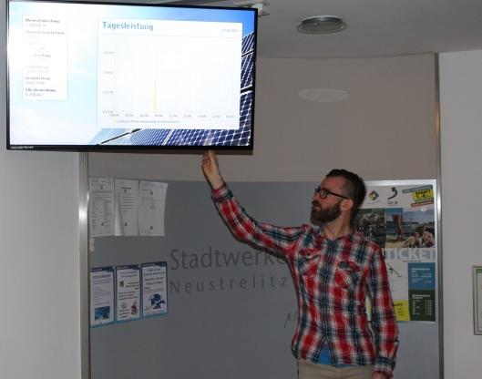 Andy Werner am Solarfox im Foyer der Stadtwerke. Foto: SWN
