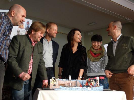 Teil des Teams v. l. n. r.: Lür Jaenike (Dramaturgie), Bernd Könnes (Zsupán), Jörg Pitschmann (Musikalische Leitung), Tonje Haugland (Saffi), Lena Brexendorff (Ausstattung) und Jürgen Pöckel (Inszenierung)